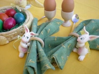 voici deux petits lapins coquins qui tiennent un anneau de serviette. Black Bedroom Furniture Sets. Home Design Ideas