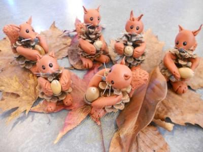 Et voici les cureuils de tous les enfants de la classe r unis - Creation avec des pommes de pin ...